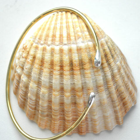 Gold-Armreif-mit-Silberkuppeln-auf-Muschel